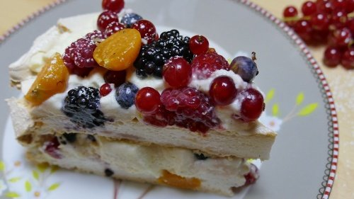 Pavlova | Baiser-Torte mit Sahne und frischen Früchten